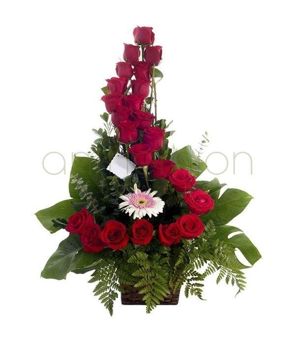 Ψηλή κατασκευή με κόκκινα τριαντάφυλλα