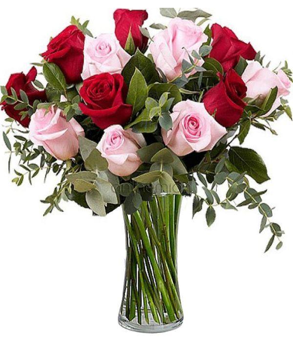 Κόκκινα και ροζ τριαντάφυλλα σε μπουκέτο