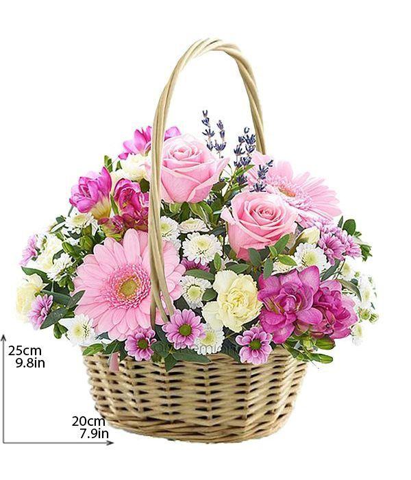 Λευκά και ροζ λουλούδια σε καλάθι