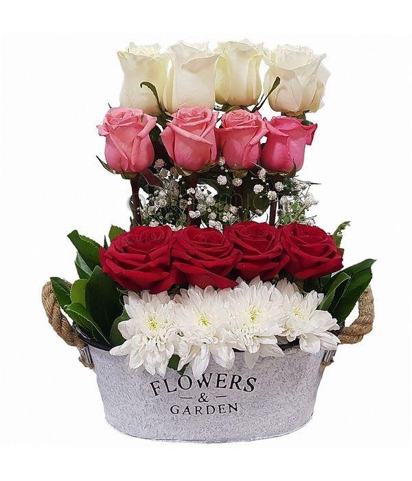 Σύνθεση με τριαντάφυλλα σε μεταλλική βάση