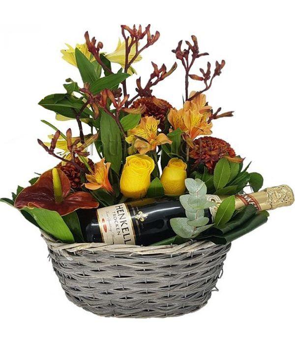 Ψάθινο καλάθι με λουλούδια και σαμπάνια Henkell
