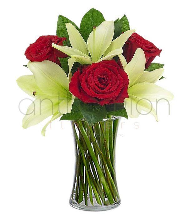 Κόκκινα τριαντάφυλλα και λευκά οριεντάλ