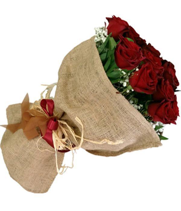 Μπουκέτο με κόκκινα τριαντάφυλλα σε λινάτσα