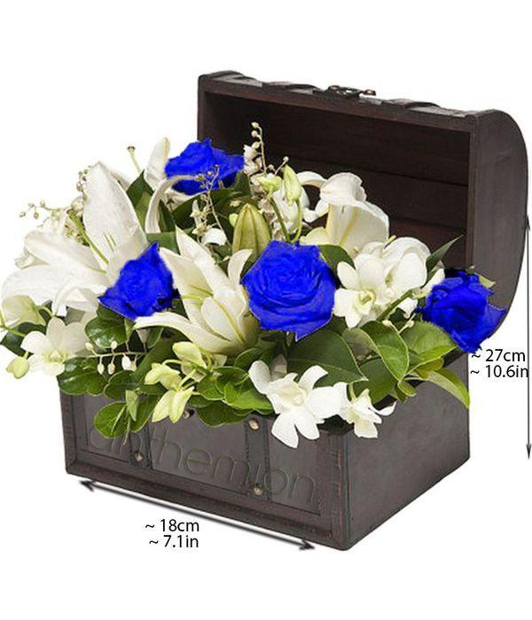 Ξύλινο μπαούλο με λουλούδια σε λευκό και μπλε