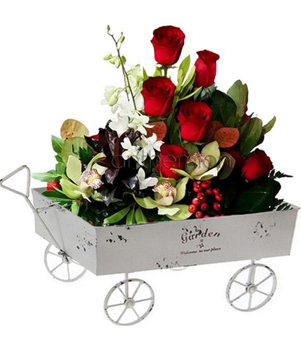 Μεταλλικό καροτσάκι με τριαντάφυλλα και ορχιδέες