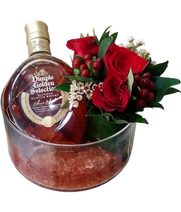 Γυάλινη βάση με ουίσκι και τριαντάφυλλα