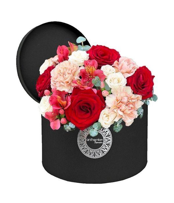 Κόκκινη|ροζ σύνθεση λουλουδιών σε μαύρο κουτί
