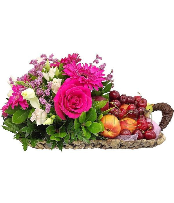 Σύνθεση με λουλούδια και φρούτα εποχής σε καλάθι