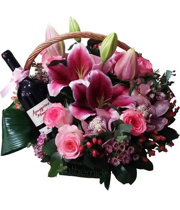Καλάθι με φούξια λουλούδια και κρασί