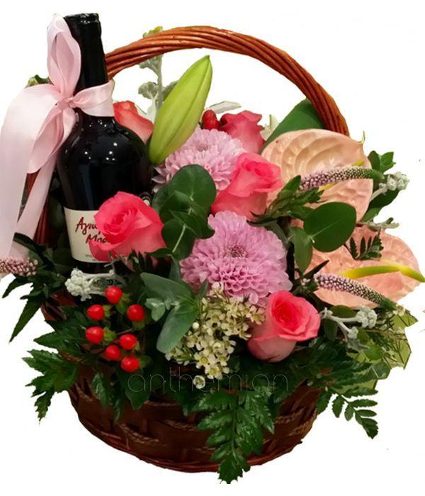 Καλάθι με λουλούδια και κόκκινο κρασί