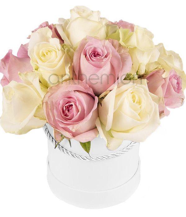 Κουτί δώρου με ροζ και λευκά τριαντάφυλλα