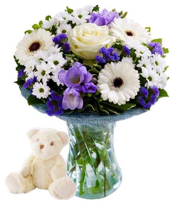 Φρέσκα λουλούδια και αρκουδάκι για νεογέννητο αγοράκι
