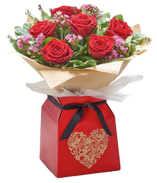 Ρομαντικό μπουκέτο με κόκκινα τριαντάφυλλα