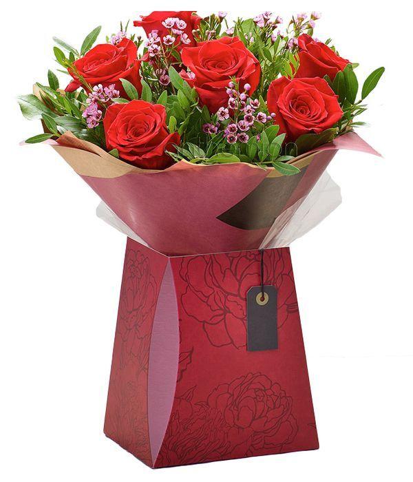 Φιλί αγάπης με κόκκινα τριαντάφυλλα