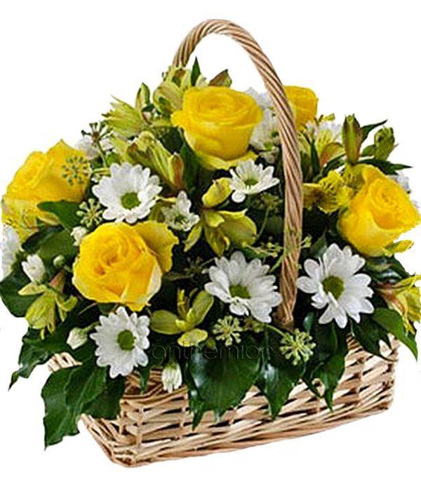Κίτρινα και λευκά λουλούδια σε καλάθι