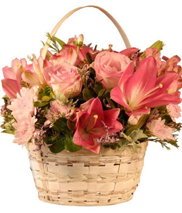 Καλάθι με λουλούδια σε ζεστές αποχρώσεις