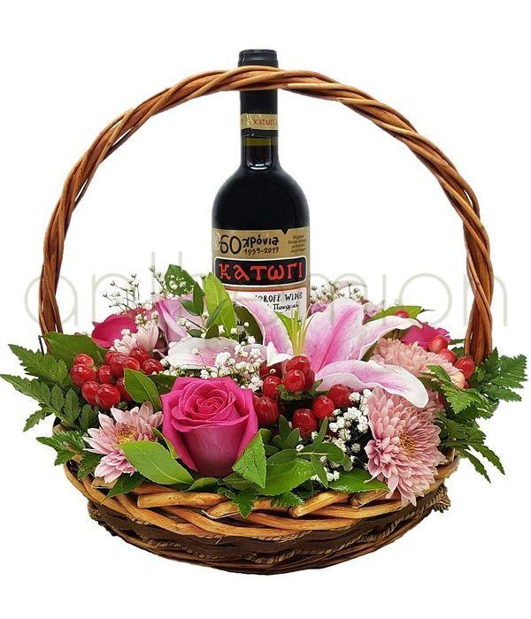 Καλάθι με κρασί και λουλούδια