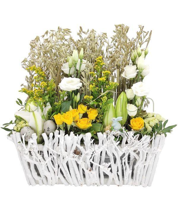 Πασχαλινός κήπος με κίτρινα και λευκά λουλούδια