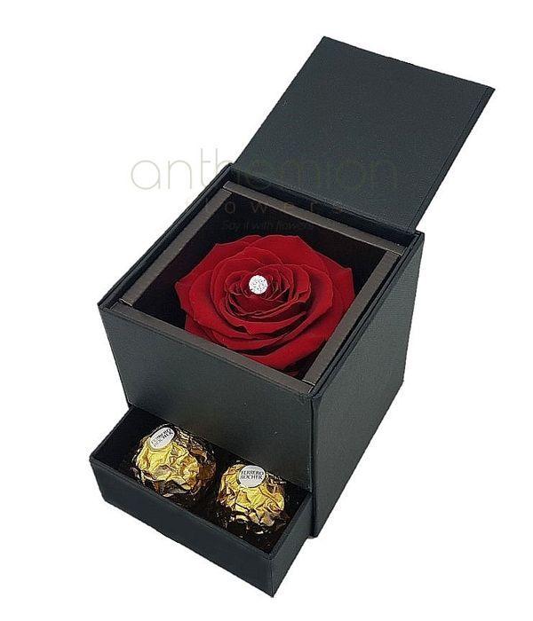 Μαύρο κουτί με forever rose και σοκολατάκια