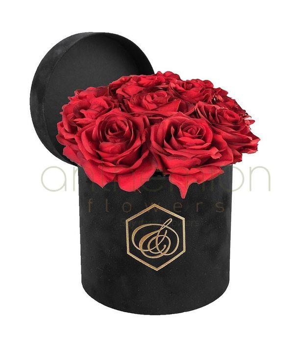 Μαύρο βελούδινο κουτί με τριαντάφυλλα