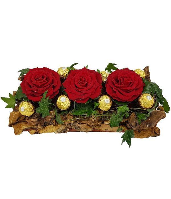 Ξύλινη βάση με τριαντάφυλλα και σοκολατάκια