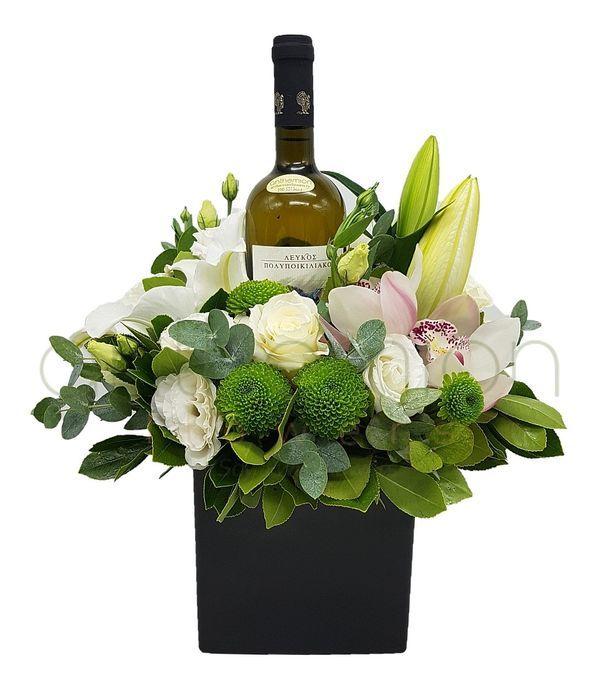 Κύβος με λευκή σύνθεση λουλουδιών και κρασί