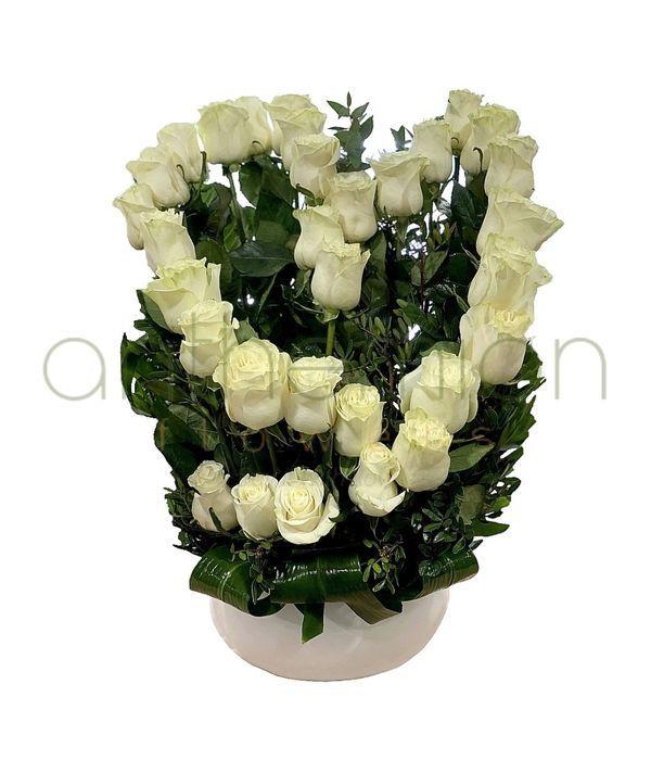 Καρδιά με λευκά τριαντάφυλλα