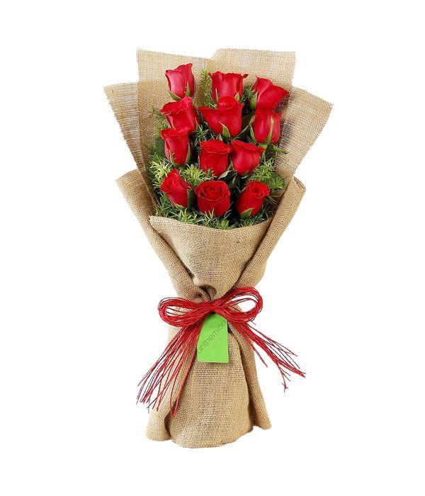 Ανθοδέσμη με κόκκινα τριαντάφυλλα σε λινάτσα