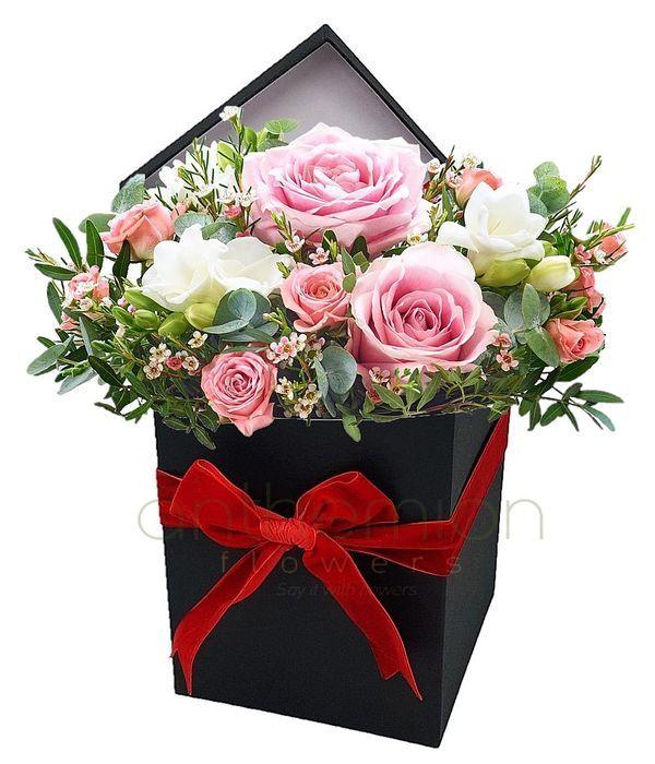 Μαύρο κουτί με ροζ-άσπρη σύνθεση