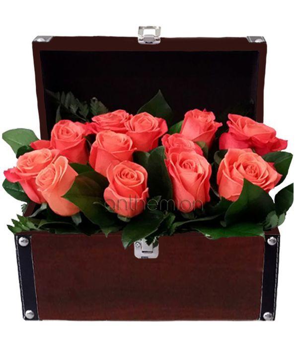 Πορτοκαλί τριαντάφυλλα σε μπαουλάκι