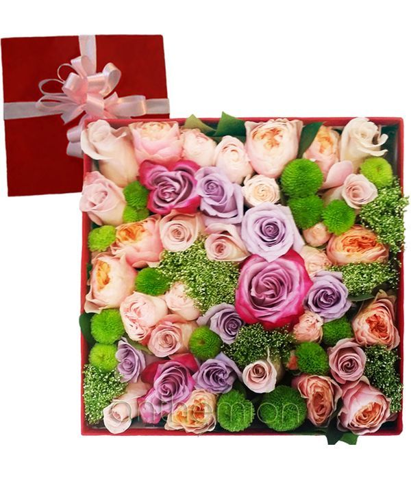 Τριαντάφυλλα και χρυσάνθεμα σε κουτί δώρου