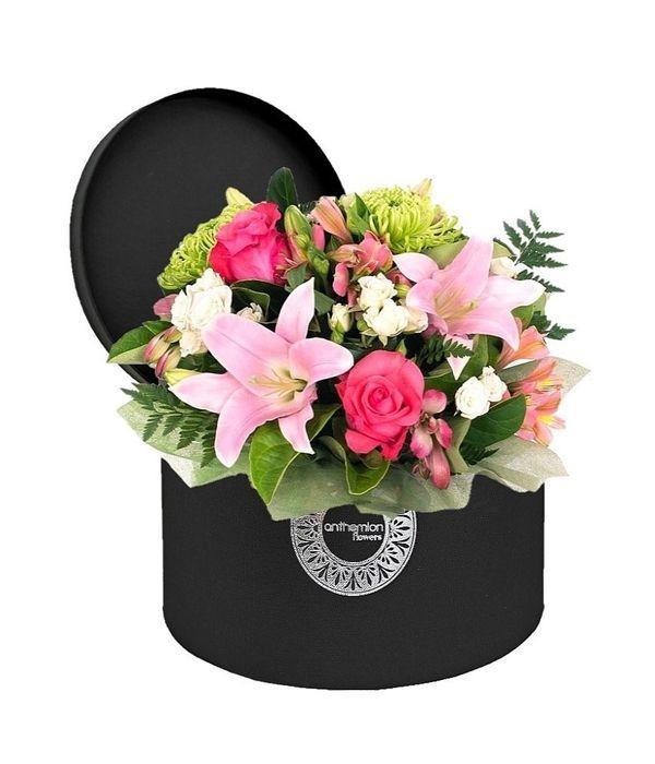Ρομαντικά λουλούδια σε μαύρο κουτί