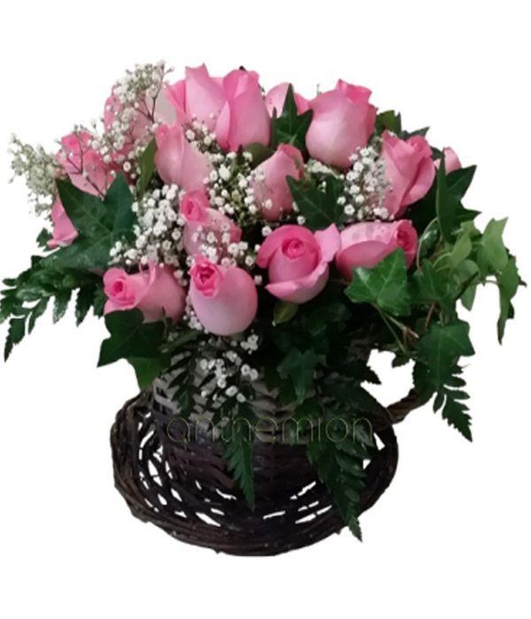 Ψάθινη κούπα με ροζ τριαντάφυλλα