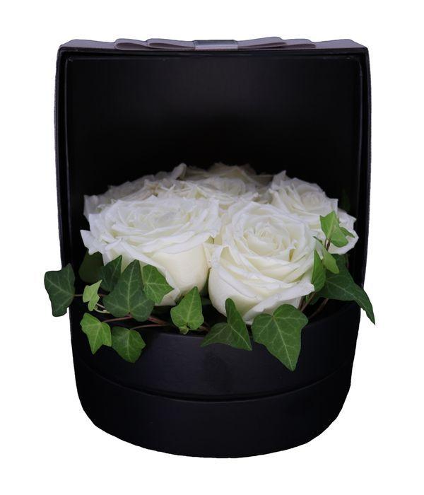 Κυλιόμενο μαύρο κουτί με λευκά τριαντάφυλλα