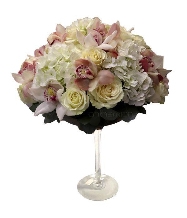Ποτήρι μαρτίνι με ορτανσίες, τριαντάφυλλα, ορχιδέες