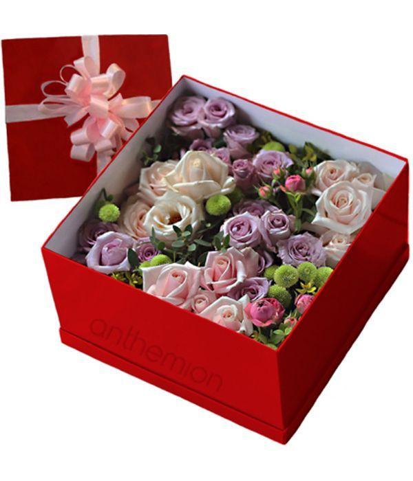 Κουτί δώρου με τριαντάφυλλα και χρυσάνθεμα
