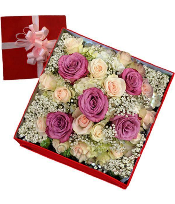 Ροζ και λιλά τριαντάφυλλα σε κουτί