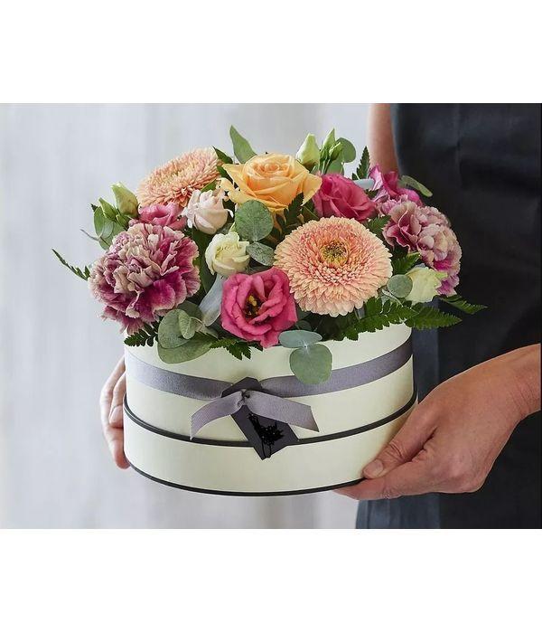 Λιλά λουλούδια σε κουτί δώρου