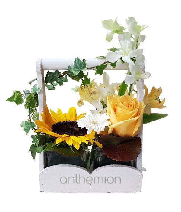 Σύνθεση με λευκά και κίτρινα λουλούδια