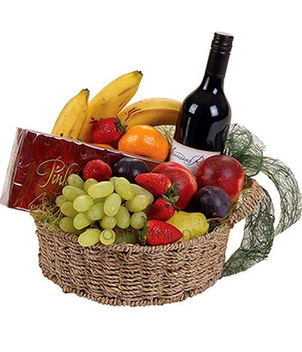 Καλάθι με φρούτα, σοκολατάκια και κρασί