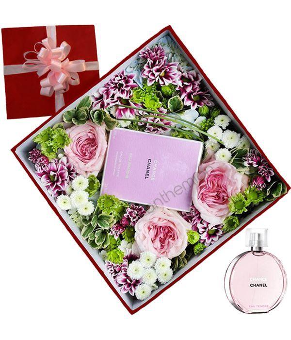 Σύνθεση με λουλούδια και άρωμα CHANEL