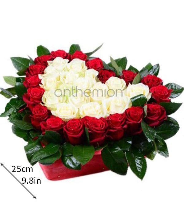 Σύνθεση σε καρδιά με τριαντάφυλλα