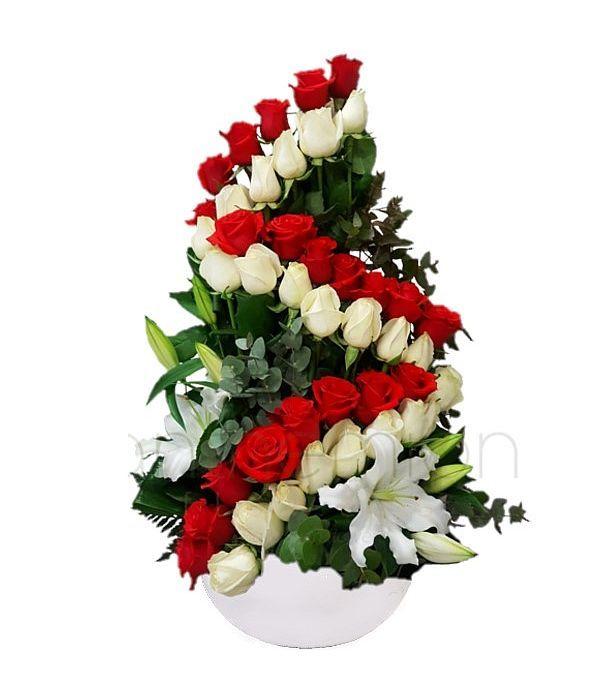 Ξεχωριστή ψηλή σύνθεση με τριαντάφυλλα