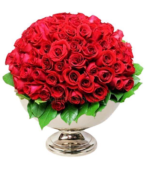 Εντυπωσιακή σύνθεση με 100 κόκκινα τριαντάφυλλα